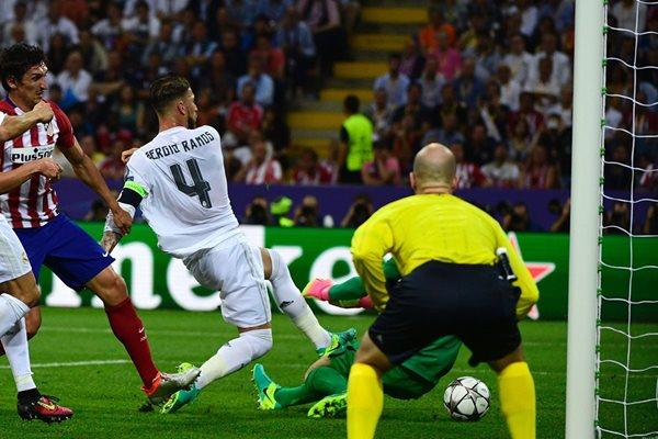 Sergio Ramos (4) empuja el balón para vencer al portero Oblak del Atlético Madrid (Foto Prensa Libre: AP)