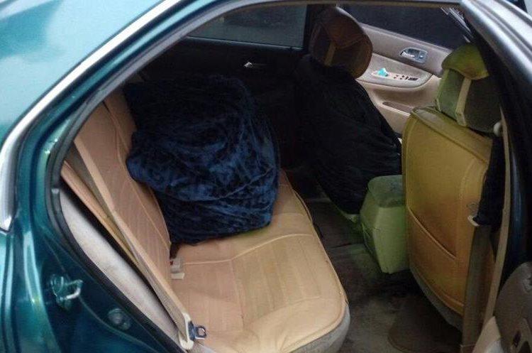 La cocaína fue encontrada en el automóvil del policía encargado de la bodega.  (Foto Prensa Libre: PNC)