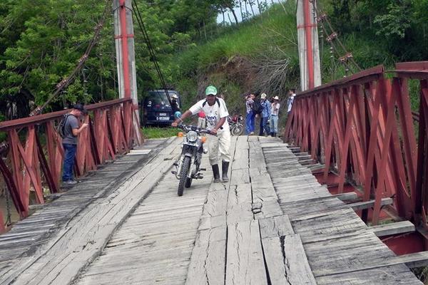 <p>Al menos seis comunidades de Los Amates, Izabal, están incomunicadas por daños en puente situado sobre el río Morjá. (Foto Prensa Libre: Julio Vargas).</p>