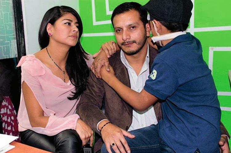 Vynsen Yoel permanece junto a sus padres, Brenda de León y Byron Lara. (Foto Prensa Libre: Carlos Ventura)