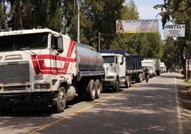 Largas filas de vehículos se formaron por el bloqueo en el ingreso a Santa Cruz del Quiché. (Foto Prensa Libre: Héctor Cordero)