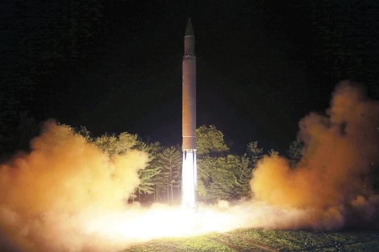 Lanzamiento de un misil balístico intercontinental Hwasong-14 en el noroeste de Corea del Norte.(AFP).