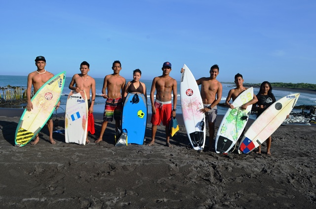 Los surfistas de la playa de Champerico, Retalhuleu,  fueron captados durante el entrenamiento que efectuaron el martes último. (Foto Prensa Libre: Jorge Tizol)