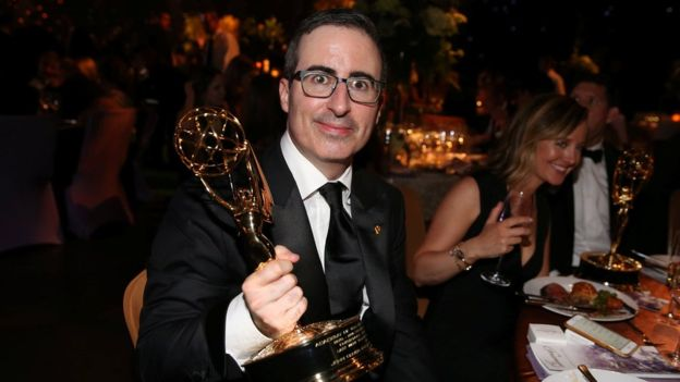 El comediante John Oliver conduce el programa Last Week Tonight. REUTERS