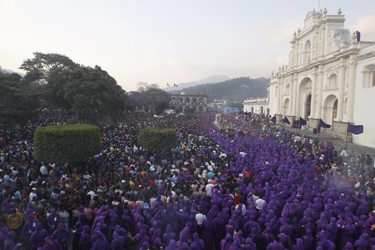 Miles de personas acompañan la Procesión de Jesús Nazareno de la Caída en Antigua Guatemala, en abril de 2017. (Foto: Hemeroteca PL/Óscar Rivas).