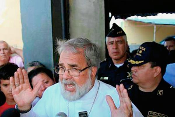 Monseñor Rómulo  Emiliani, obispo auxiliar de San Pedro Sula, ofrece declaraciones a periodistas. (Foto Prensa Libre: Tomada de internet)