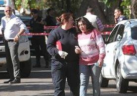 Familiares llegan al lugar del crimen en Mendoza, Argentina. (Foto: Clarin.com).
