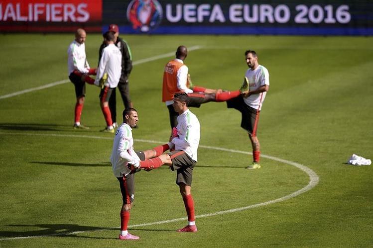 Cristiano Ronaldo y Ricardo Quaresma durante un entrenamiento de la selección nacional de futbol de Portugal antes de enfrentar a Dinamarca. (Foto Prensa Libre: EFE)