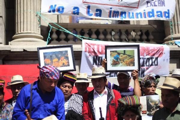"""<p>Manifiestan afuera del congreso para dar marcha atrás a punto resolutivo sobre genocidio (Foto Prensa Libre: E. Bercián)<br _mce_bogus=""""1""""></p>"""