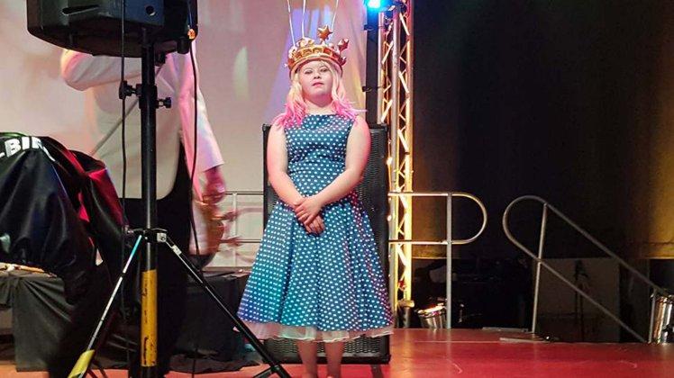 Emily Wheeler fue coronada como la reina del baile de graduación. (Foto Prensa Libre: Mercury Press)