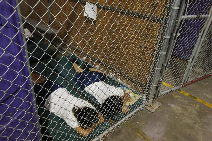 Dos niñas duermen en Arizona.(Foto Prensa Libre:AFP)