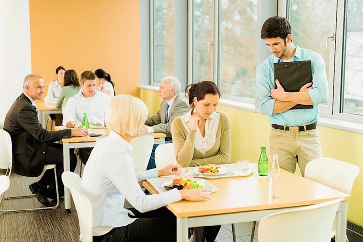 Para tener una buena nutrición en el trabajo hay que buscar un espacio tranquilo e higiénico al momento de comer. (Foto Prensa Libre: Hemeroteca PL).