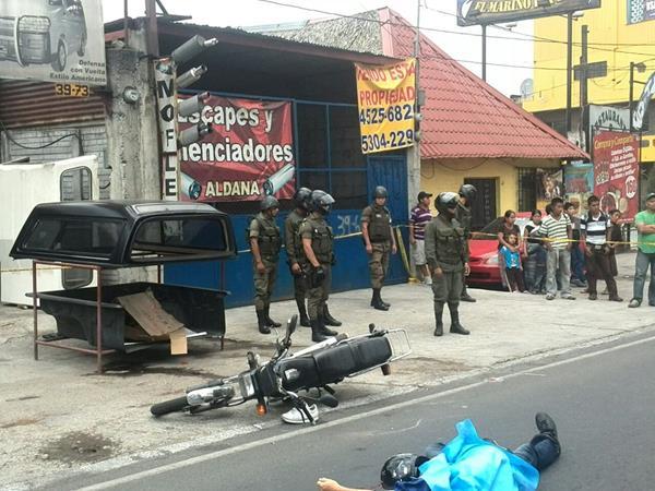 Un presunto delincuente muerto y otro herido reportan en la calzada Roosevelt los cuerpos de socorro. (Foto Prensa Libre: E. Ávila)
