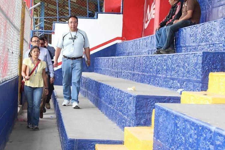 Personal del Centro Histórico de Quetzaltenango, hizo la última inspección previo a emitir las recomendaciones al juzgado de asuntos municipales. (Foto Prensa Libre: Raúl Juárez)