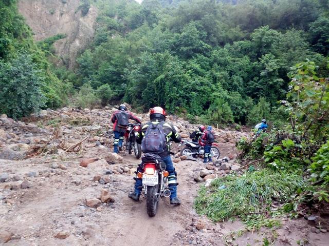 Motoristas intentan pasar en área de derrumbes de la ruta del cerro Lec. (Foto Prensa Libre: Ángel Julajuj)