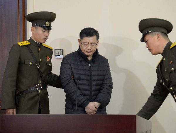 Religioso canadiense, Hyeon Soo Lim, (c), acude a la Corte en Pyongyang.
