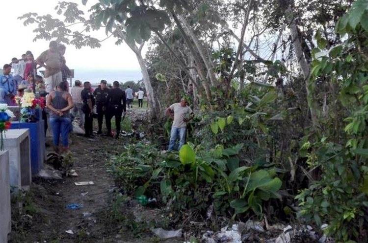 Vecinos se aglomeraron encima de las bóvedas del cementerio de la aldea Milla 38, Morales, Izabal, donde em junio último fue localizado el cadáver de un hombre. (Foto Prensa Libre: Hemeroteca PL).