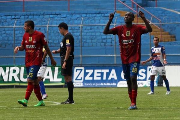 El volante rojo Marvin Ávila señala al cielo y celebra el gol que anotó y que le significó la victoria a su equipo. (Foto Prensa Libre: Edwin Fajardo)