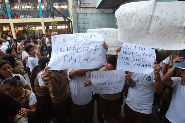 """""""Que se vaya la maestra y el director"""", dice uno de los carteles elaborados por los estudiantes. (Foto Prensa Libre: Estuardo Paredes)"""