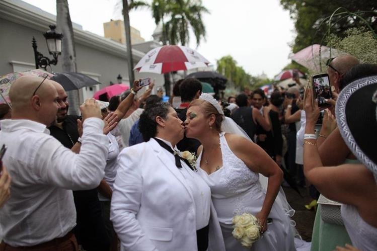 Una pareja de lesbianas se besan después de contraer matrimonio civil en Puerto Rico. (Foto Prensa Libre: AP).