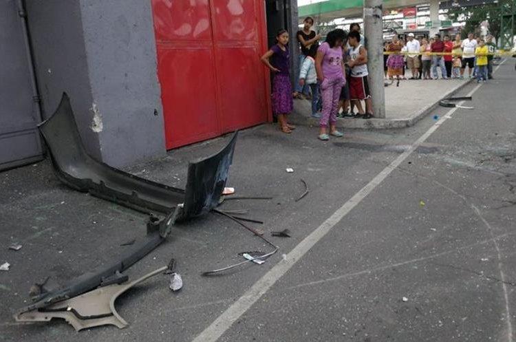 Restos del vehículo quedaron esparcidos en la calle. (Foto Prensa Libre: Érick Ávila)