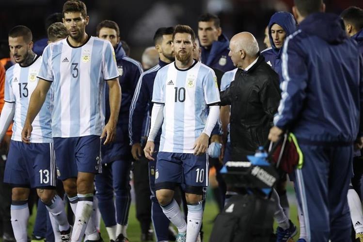 El capitán de la Selección Argentina, Lionel Messi (10), sale desconsolado junto a sus compañeros después del empate contra Venezuela. (Foto Prensa Libre: EFE)