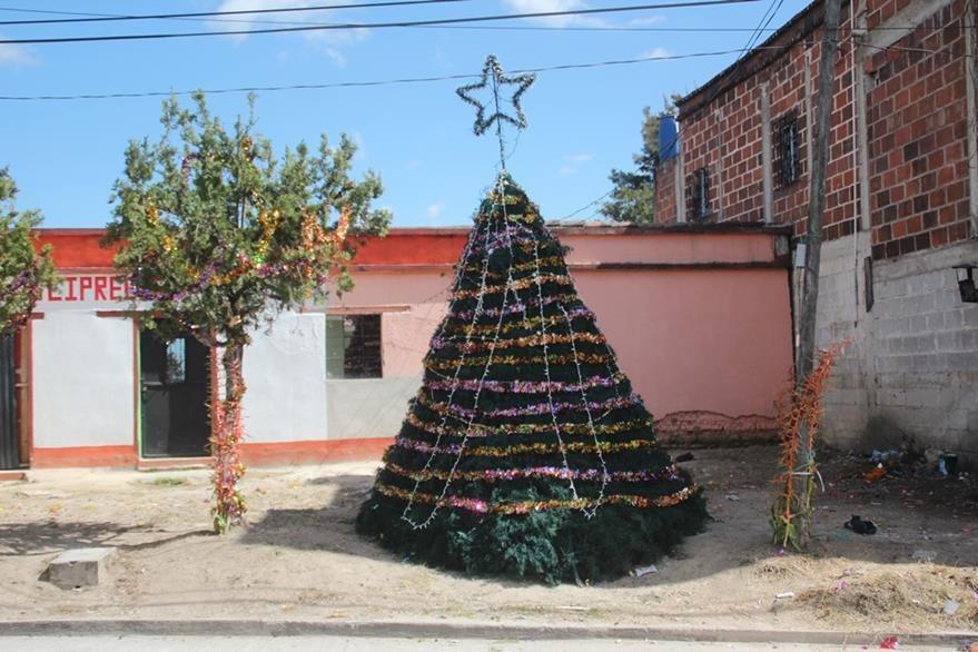 Nuevo árbol que fue instalado por los vecinos en la zona 3 de Huehuetenango. (Foto Prensa Libre: Mike Castillo).