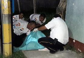 Bomberos Voluntarios cubren el cuerpo sin vida del reconocido catedrático jalapaneco. (Foto Prensa Libre: Hugo Oliva)