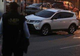 Camioneta que conducía la mujer asesinada en zona 2. (Foto Prensa Libre: Carlos Hernández.)