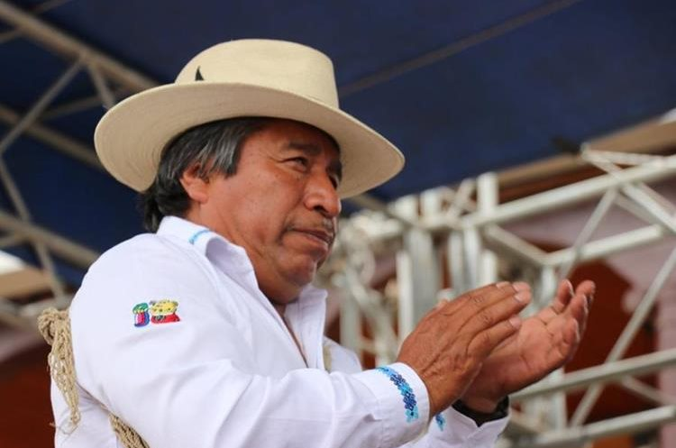 Juan Zapeta, alcalde indígena, durante la aplicación del castigo maya. PRENSA LIBRE / HÉCTOR CORDERO