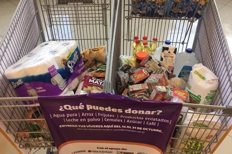 En los supermercados La Torre se han instalado carretas donde se pueden donar los víveres. (Foto Prensa Libre: Mercadeo)