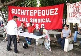 Algunos de los sindicalistas que permanecen en el parque central de Mazatenango, Suchitepéquez. (Foto Prensa Libre: Cristian Soto).