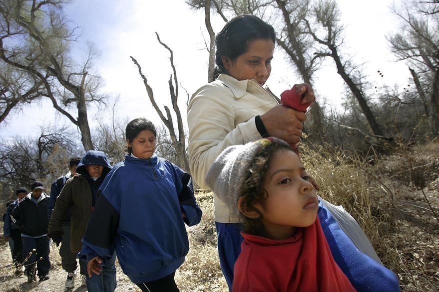 Un grupo de inmigrantes cruza el temible desierto de Arizona con la intención de establecerse en EE. UU. (Foto Prensa Libre: Hemeroteca PL).