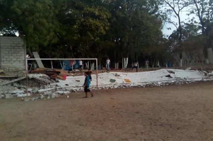 Muro caído en escuela de niñas en Zacapa. Foto Prensa Libre: Mario Morales.