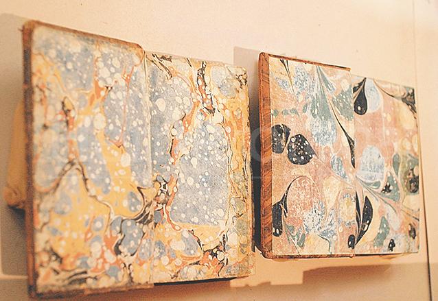La decoración de las contraportadas de los libros se hacía a mano.  (Foto: Hemeroteca PL)