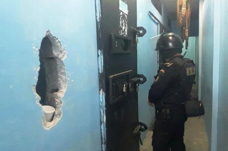 Los internos de Gaviotas rompieron una pared para llamar la atención de las autoridades. (Foto Prensa Libre: Cortesía)