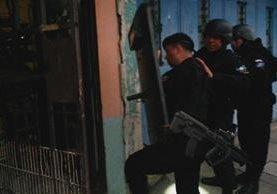 Las fuerzas de seguridad realizan allanamientos para capturar a 11 personas señaladas de participar en un ataque contra guardias del sistema penitenciario. (Foto Prensa Libre: PNC)