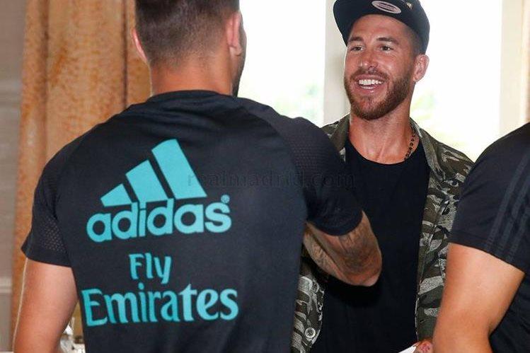Ramos saluda a sus compañeros a su llegada a Los Ángeles. (Foto Prensa Libre: Real Madrid CF)