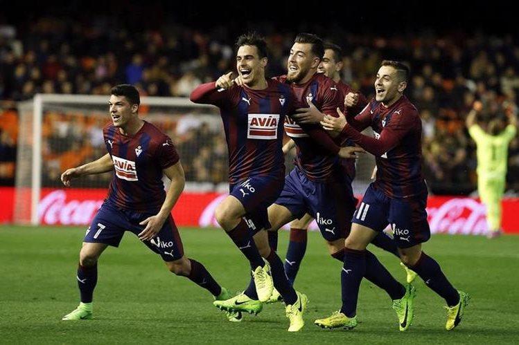 Los jugadores del Eibar festejan después de haber anotado un gol frente al Valencia. (Foto Prensa Libre: EFE).