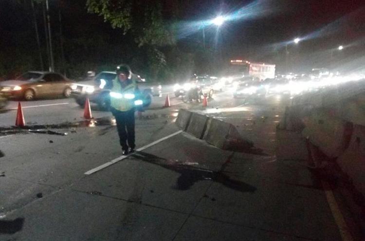 Separadores de carril obstruyen la carretera. (Foto Prensa Libre: PMT de Villa Nueva)