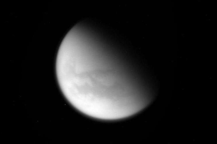 ES01 ESPACIO 26/04/2017.- Imagen de la luna de Saturno Titán capturada por la sonda cassini. (Foto Prensa Libre: EFE)