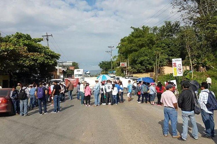 Uno de los puntos bloqueados por salubristas se encuentra en La Ruidosa, Morales, Izabal. (Foto Prensa Libre: Dony Stewart)