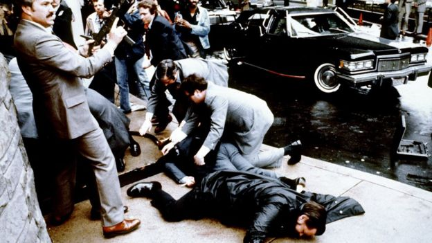 El intento de asesinato al expresidente Ronald Reagan ocurrió en 1981 en el centro de Washington. (GETTY IMAGES)