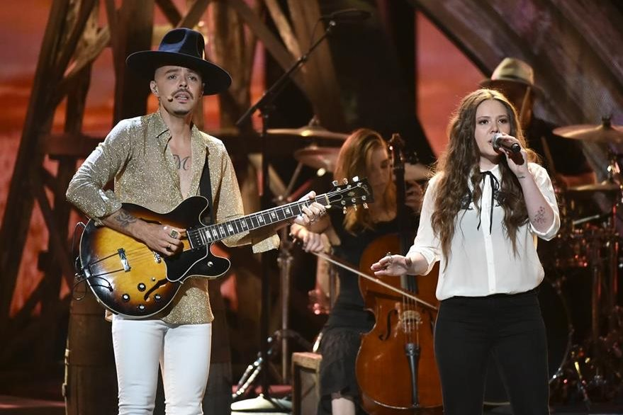 El dúo Jesse & Joy estuvo en el escenario del Dolby Theatre en Hollywood.(Foto Prensa Libre: AP)