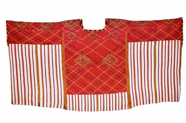 San Rafael Petzal, Huehuetenango (mam).Huipil de tres lienzos unidos a mano con punto de randa, tejido en telar de cintura. Tiene diseños geométricos con la técnica de trama suplementaria. Data de la década de 1930.
