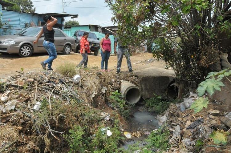 Vecinos del sector La Joyita, zona 21 de la capital, señalan contaminación, porque no cuentan con sistema de drenajes desde 1976, cuando fue fundada la comunidad. (Foto Prensa Libre: César Pérez)