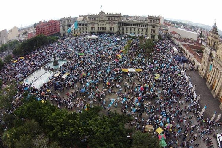 Durante el 2015 se realizaron varias manifestaciones civiles en la Plaza de la Constitución, y su objetivo era solicitar la renuncia de los entonces gobernantes Otto Pérez Molina y Roxana Baldetti. (Foto Prensa Libre: Hemeroteca)