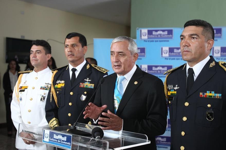 Pérez Molina acompañado de la cúpula militar atiende a los medios de comunicación en la Brigada Mariscal Zavala. (Foto Prensa Libre: Esbín García)