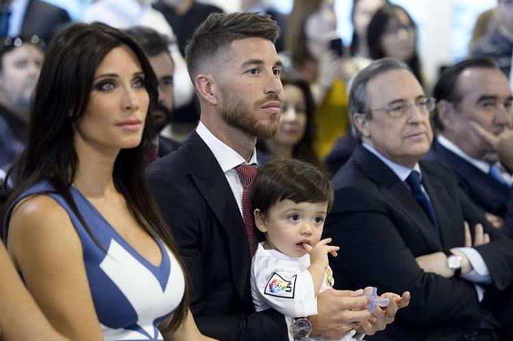 Sergio Ramos compartió el gran momento de su renovación junto con su pequeño hijo y su esposa Pilar Rubio. (Foto Prensa Libre: AFP)