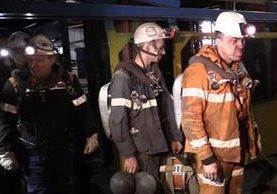 Rescatistas se retiran de mina rusa, donde murieron 36 trabajadores. (Prensa Libre: AFP)